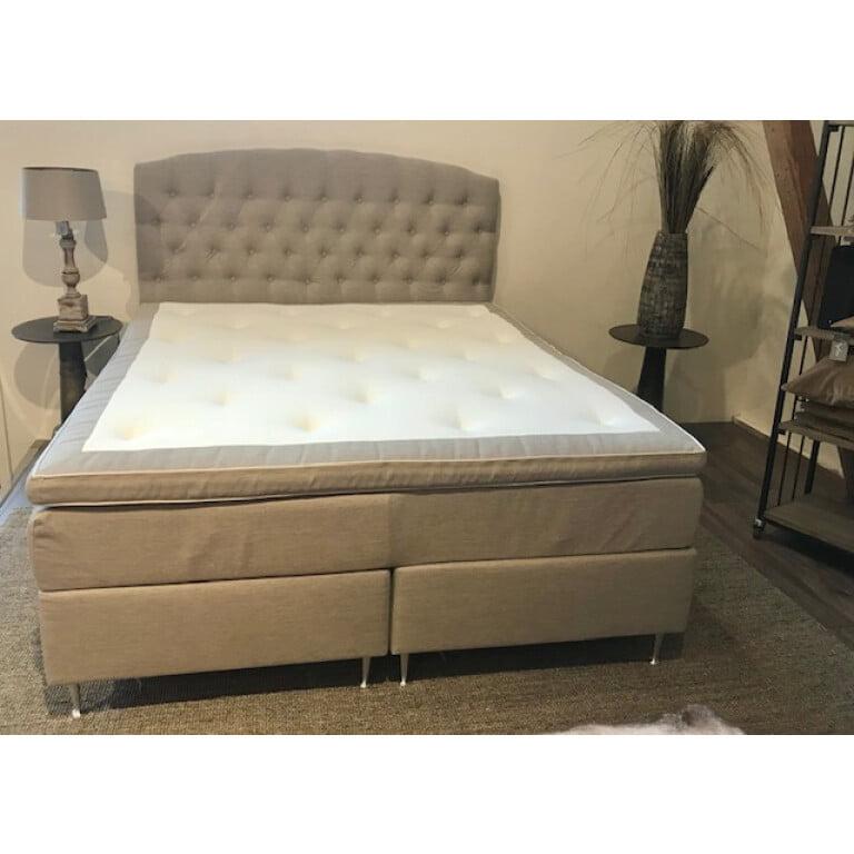 Fred kontinentalsäng i härlig beige färg med sänggavel